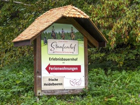 Staufenhof: Schild mit austauschbaren kleinen Schildern für saisonale Produkte