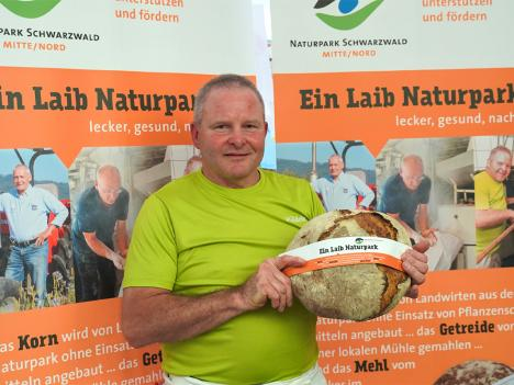 Bernd Waidele präsentiert stolz den ersten Naturpark-Laib.