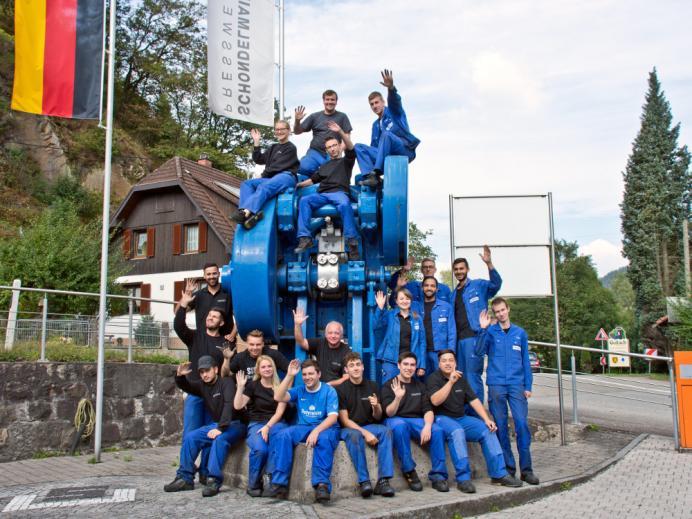 Gruppenbild Auszubildende bei Schondelmaier Presswerk