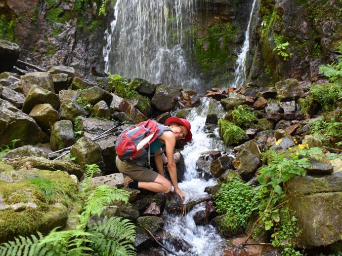Wanderin am Burgbach-Wasserfall