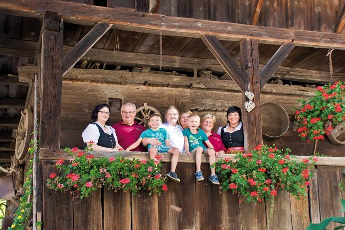 Hirsch d' Monika, Familie