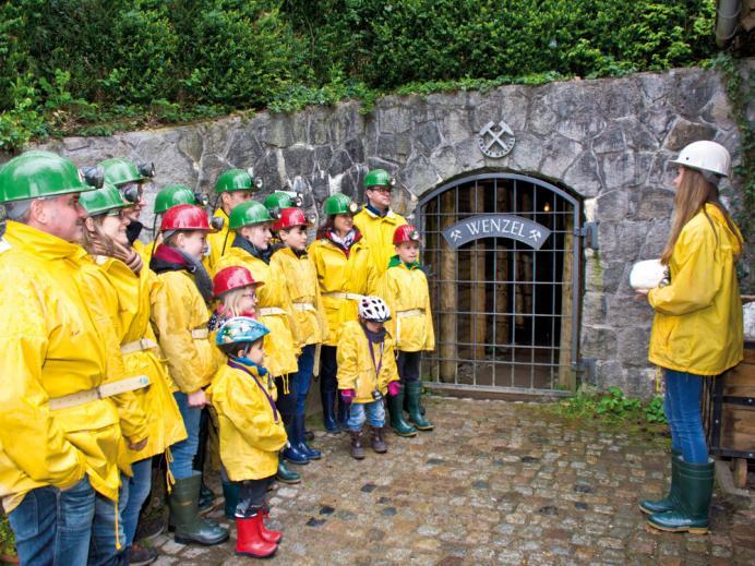 Gruppe vor dem Eingang der Grube Wenzel.