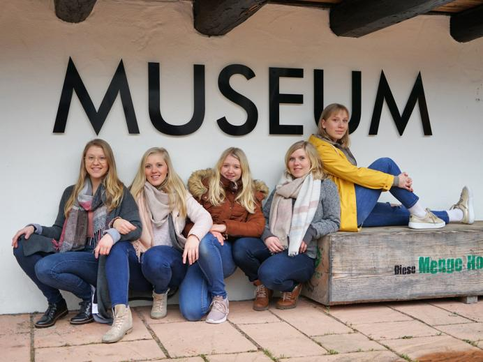 """Die Geschwister """"Wild"""" vor dem MiMa - Museum für Mineralien und Mathematik"""