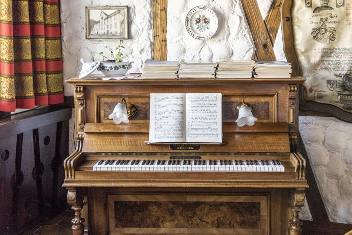 Zum weyßen Rößle, Klavier