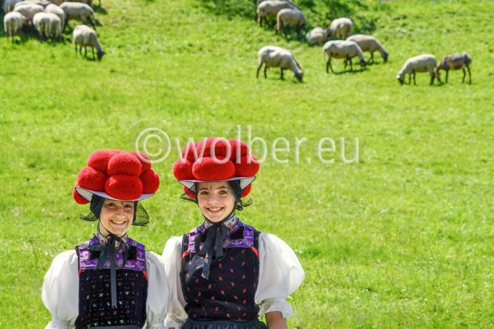 Zwei Bollenhut Mädchen auf der Wiese