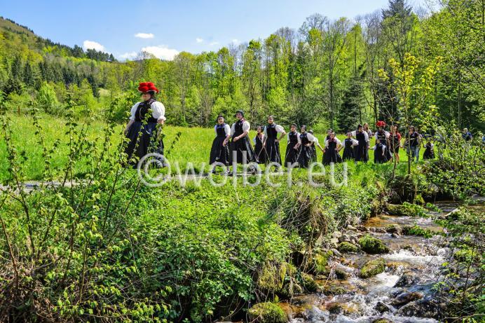 Die kleine Kurrende auf dem Weg von der Kirche durch das Kirnbachtal