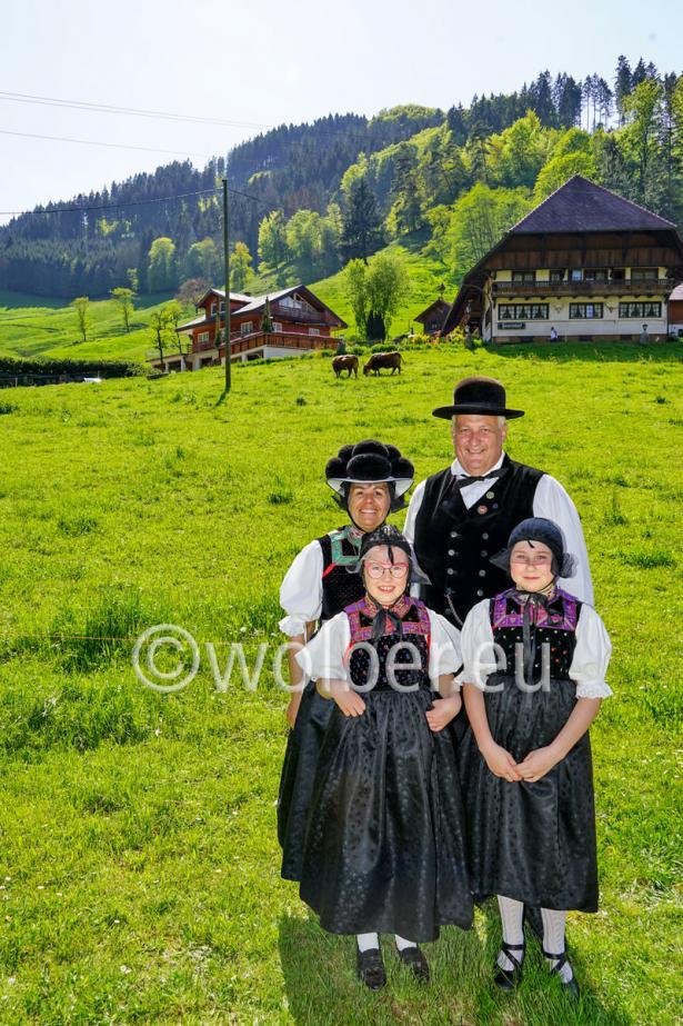Trachtengruppe mit Kindern beim Josenhof in Kirnbach