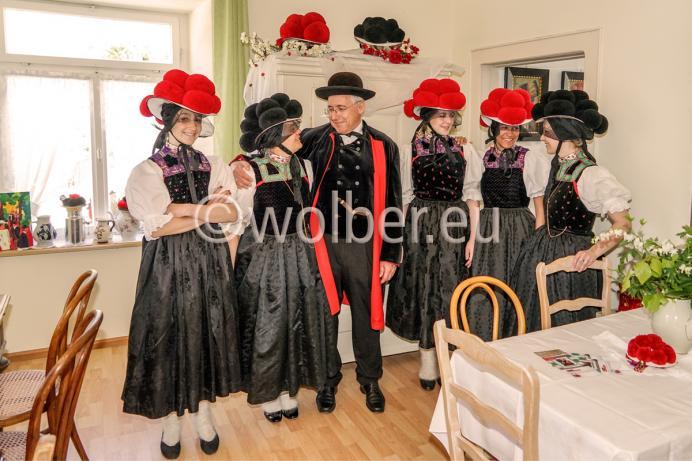 Trachtenträger/-innen im Alten Rathaus in Kirnbach