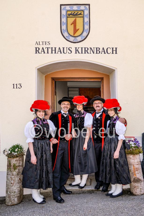 Trachtengruppe mit Bollenhut vor dem Alten Rathaus in Kirnbach