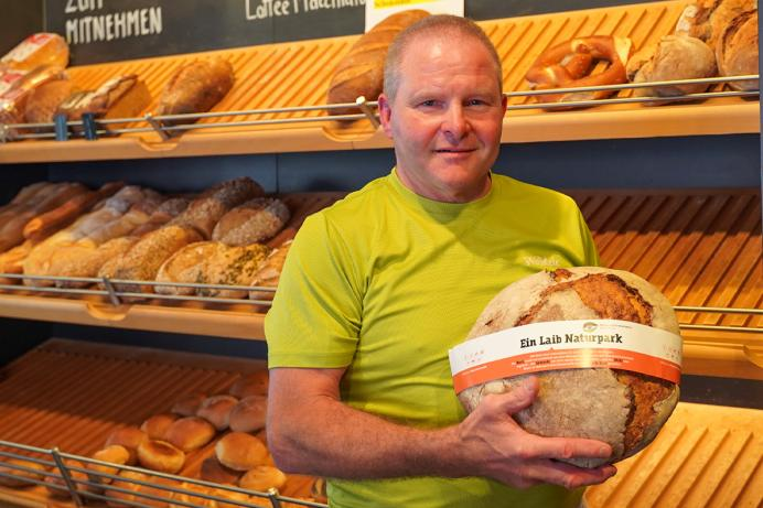Bernd Waidele, der erste Naturpark-Bäcker, mit seinem neuen Naturpark-Laib.